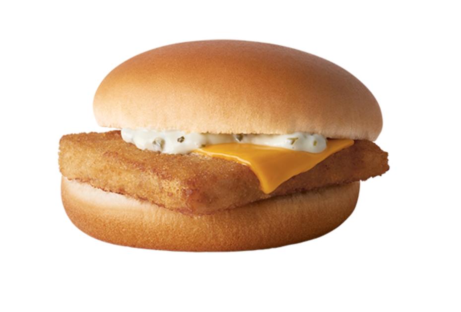 麥當勞的平價漢堡「麥香魚」,因不像其它漢堡被拿掉紙盒換成包裝紙,引發網友議論。圖/台灣麥當勞官網