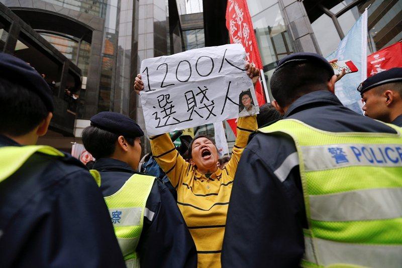 中共透過看似民主的方式,讓香港人雖然有選舉,但是永遠選不贏。圖為2017年民眾抗議特首選舉制度。 圖/路透社