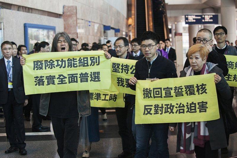 觀察香港的功能組別,可看出中國企圖透過「界別」的小圈子選舉方式,以確保立法會與特首可以在自己的控制下。 圖/歐新社