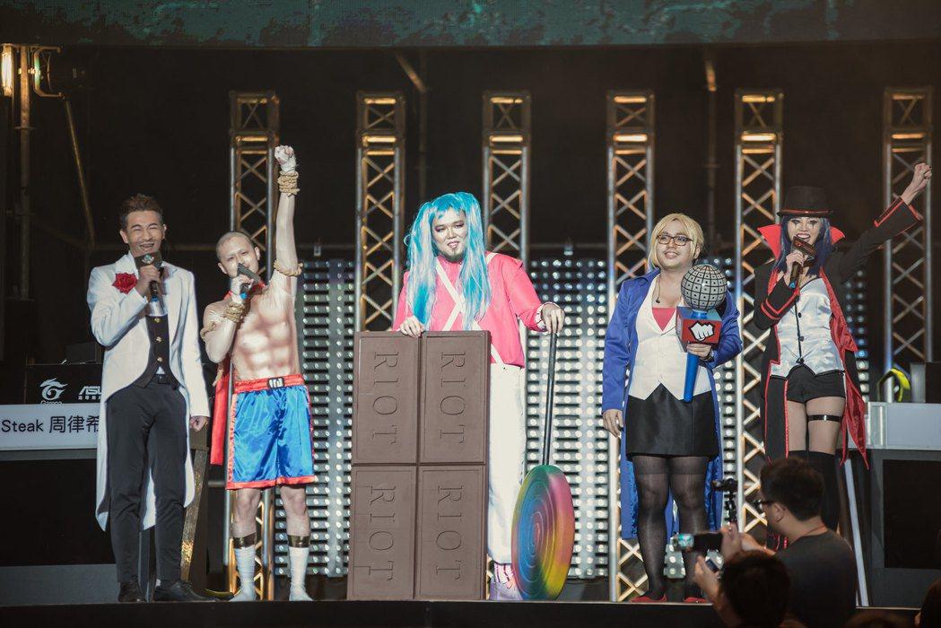 三位賽評+主持人Cosplay成《英雄聯盟》的角色造型,五人同台的畫面十分有趣/...