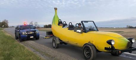 影/他開「手工香蕉車」旅行遇臨檢 警察看一看決定掏錢贊助
