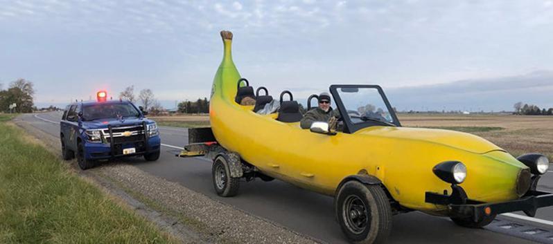 香蕉車的車主博涅淮遇到警方臨檢,想不到竟收到警員熱心贊助。圖/<a href=