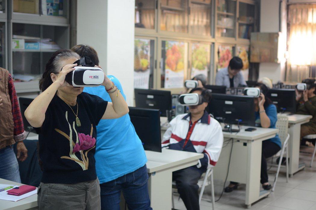 三灣學員體驗VR。 臺北市政府資訊局/提供