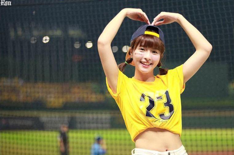 「中信兄弟」的啦啦隊成員峮峮擁有高人氣,在台灣及日本都有許多粉絲。圖取自/Instagram@qun_04