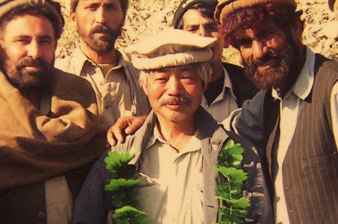「阿富汗人會永遠記得你。」長年駐阿富汗行醫的日本人道醫師中村哲,4日與同事乘車外...