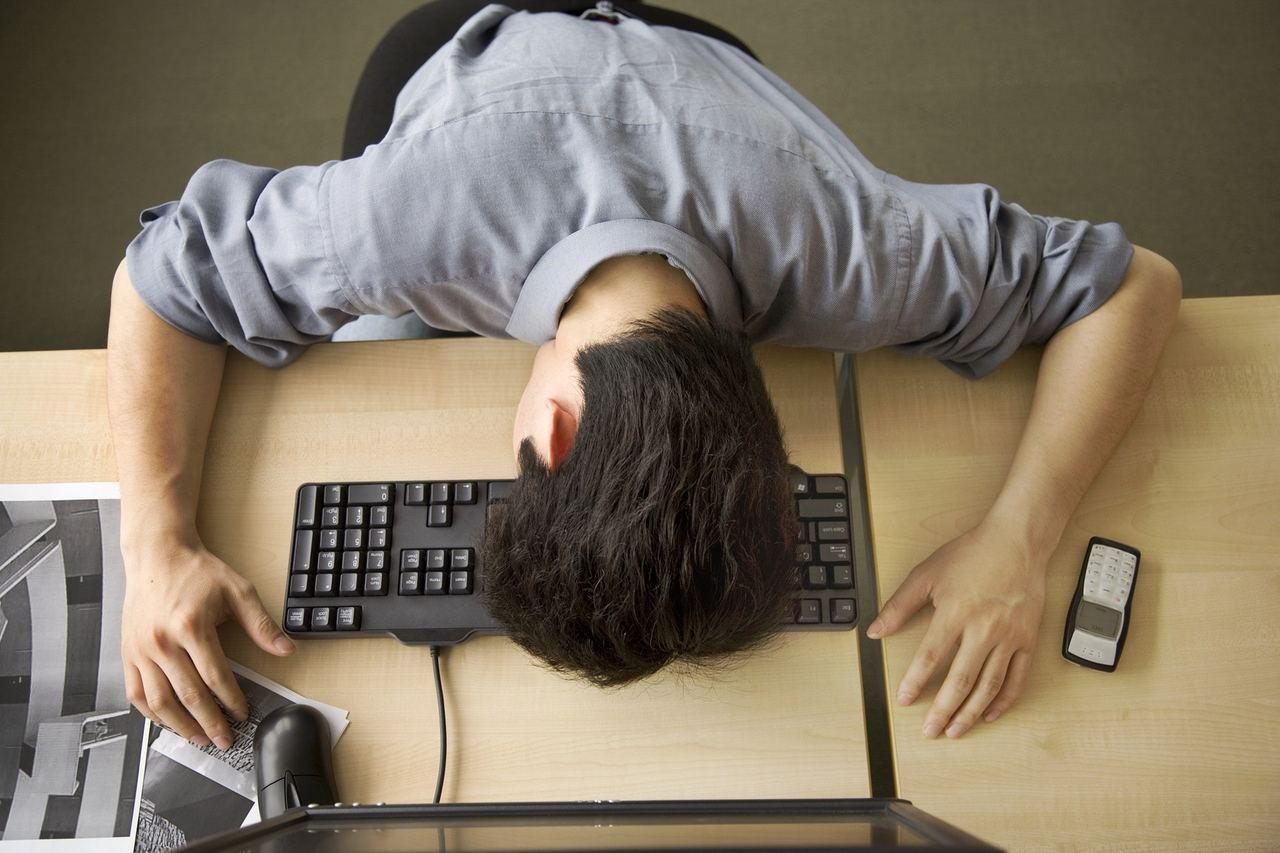 職員說,聽說男子上一份工作總是熬夜加班,可能也是因為這個原因想要跳槽。圖/擷自香...
