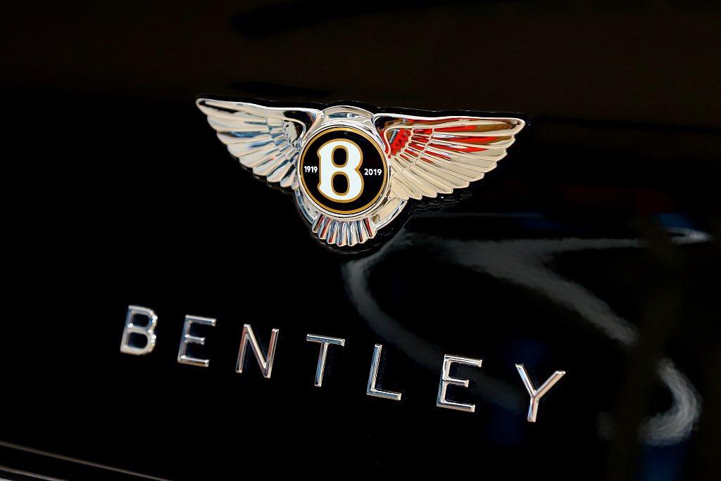 引擎蓋、後車廂和輪圈中心、車室方向盤、排檔桿及隨身攜帶車鑰匙上的「B」字徽標圖案...