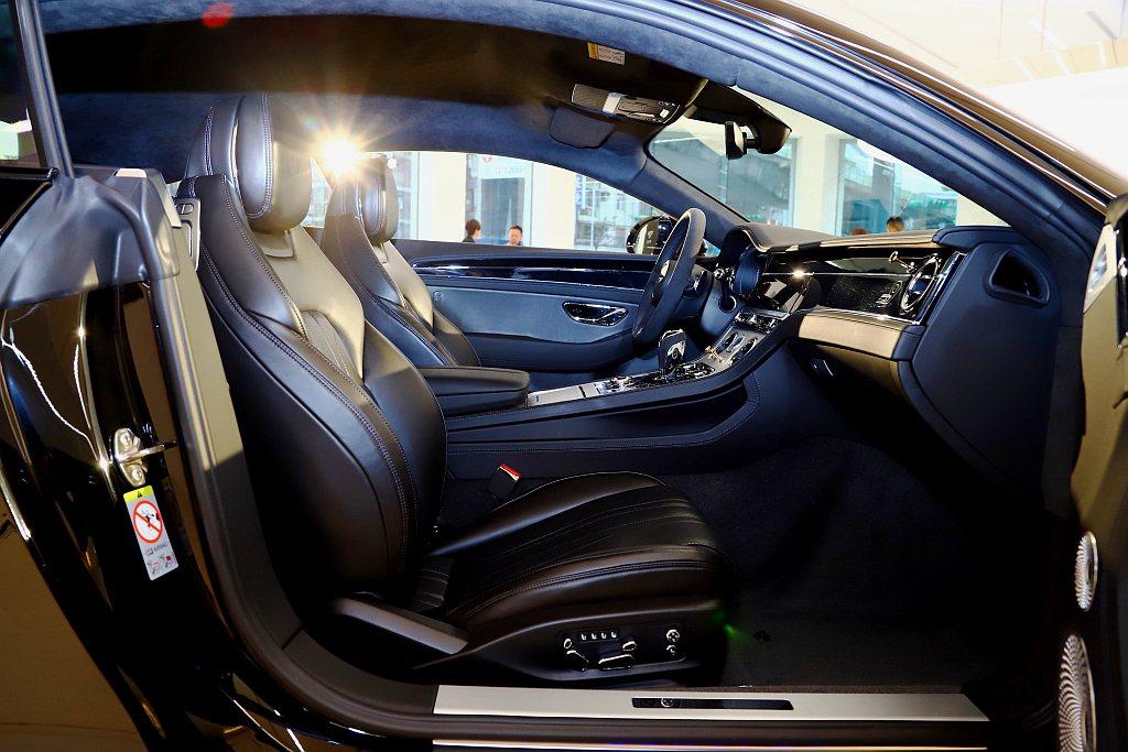 車室內裝可選擇Viridian Green及Beluga綠或黑色皮革,與外觀車色...