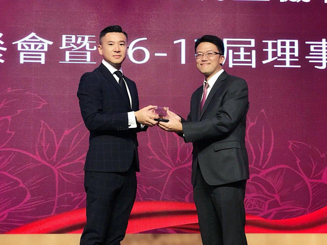 廖致傑(右)從蔡紹豪手中接下高雄市房屋市場調查協會理事長職務。 攝影/張世雅