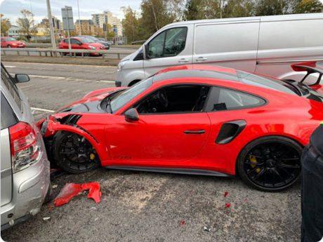 這輛Porsche 911 GT2 RS試乘車好悲慘 才剛上路就撞爛