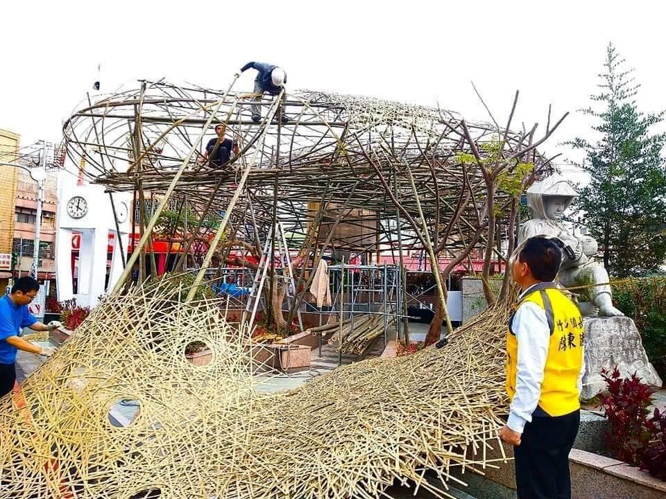 竹藝燈會用香環、雲燈、土地公、土地婆平面竹編的概念,表達整個主燈氛圍。圖/竹山鎮...