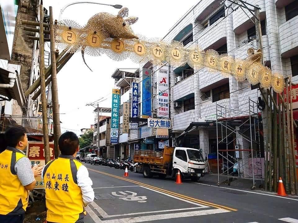 竹山鎮竹藝燈會目前已完成橫街等老街區的入口意象搭建,12月24日試點燈開始。圖/...