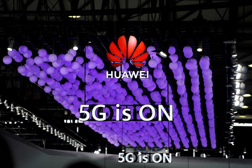 華為能否參與英國5G網路建置?首相強生說,決策關鍵在國安與情報合作。  路透