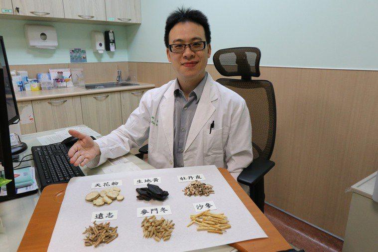 亞洲大學附屬醫院中醫科醫師王崧指出,中醫療法在乳癌不同的治療期間,能為患者設計個...