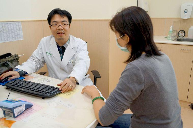 最近天氣突然變冷,台南市安南醫院神經內科主任醫師蔡銘駿說,有心血管疾病長者要更小...