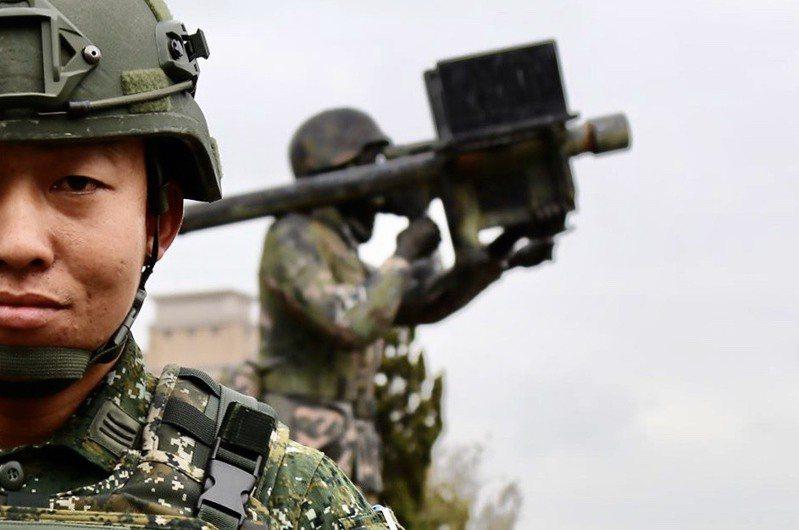 中華民國陸軍臉書粉專頁昨天度披露接收FIM-92人攜式刺針防空飛彈備的影像。圖/拮自中華陸國陸軍臉書粉絲專頁