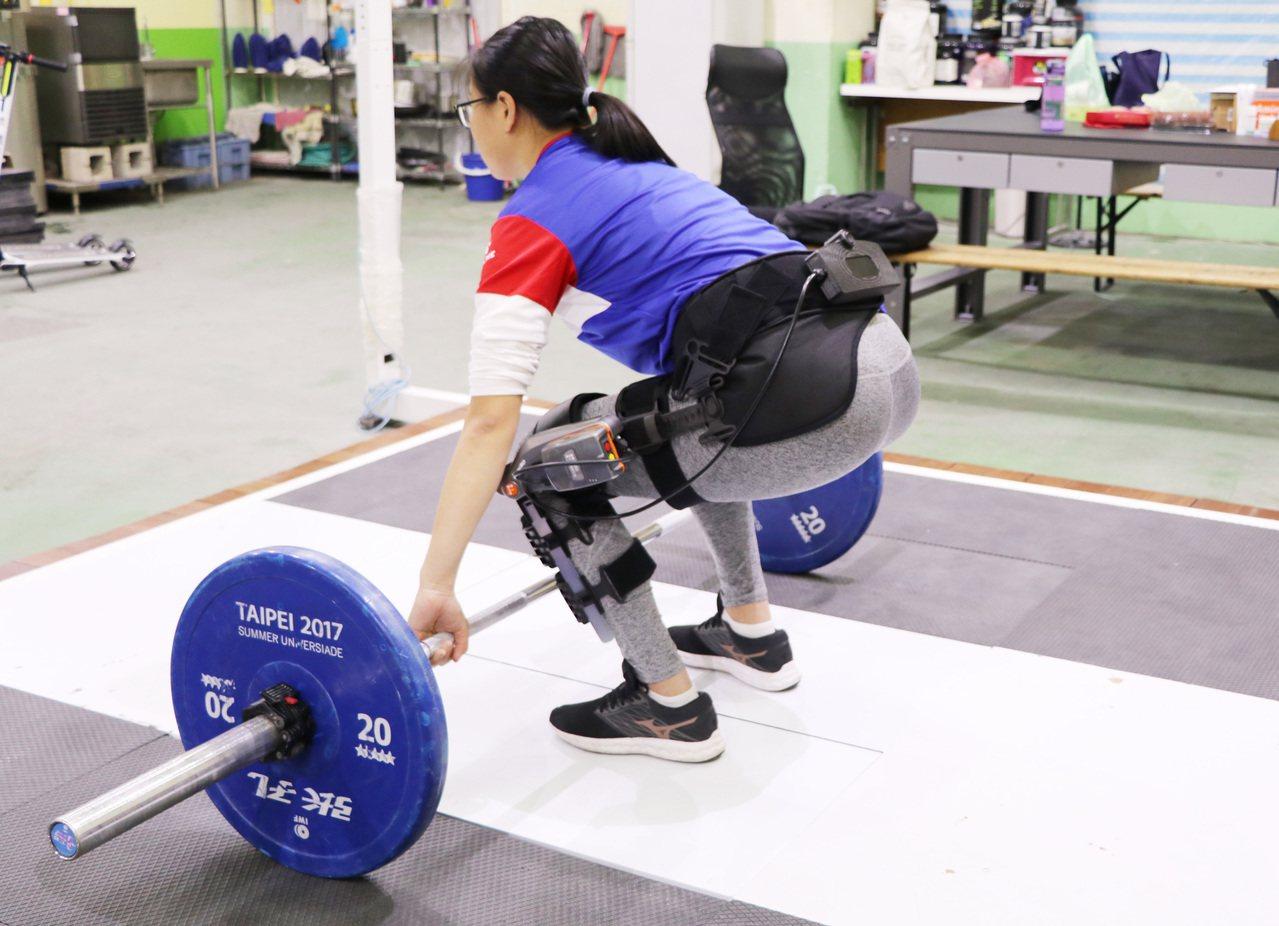 裝置在大腿的骨骼肌器人能協助舉重選手維持大腿兩側肌肉平衡,避免運動傷害。圖/陽明...