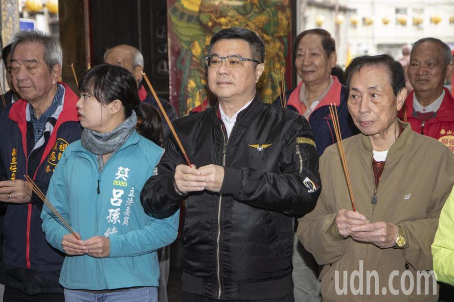 民進黨主席卓榮泰(中)今天上午到新北輔選,與參選人到廟裡上香。記者王敏旭/攝影