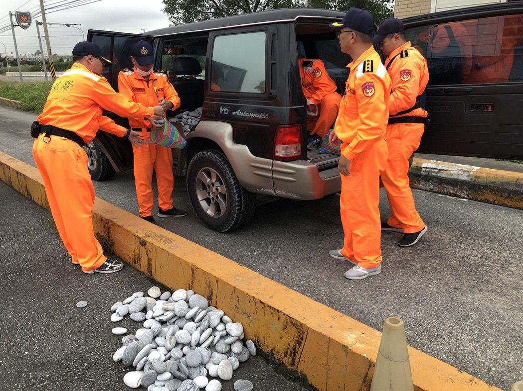 海巡署第一二岸巡隊昨天於花蓮溪口北岸,發現有民眾用箱型車載運盜採620公斤砂石,...