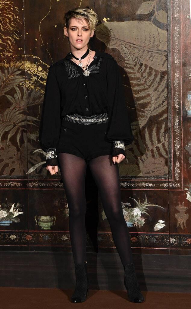 克莉絲汀史都華選穿黑色薄透短褲裝,展現她一貫的「帥性感」風。圖/摘自eonlin...