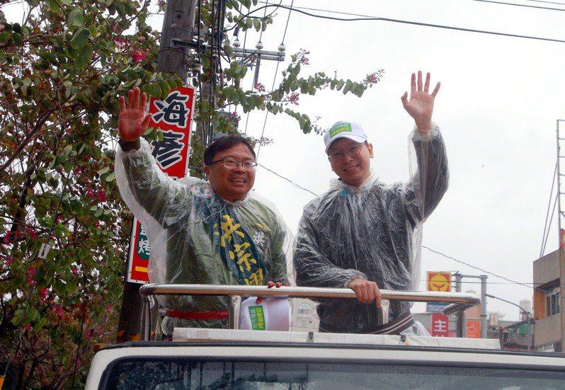 今天上午彰化二林下著雨,氣溫相當低,民進黨副秘書長林飛帆(右)仍陪立委參選人洪宗熠(左)車隊掃街拜票。記者凌筠婷/攝影