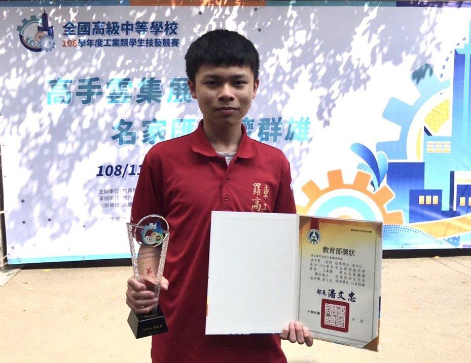 全國高級中等學校108學年度工業類學生技藝競賽,羅東高工吳中仁獲數位電子金手第一名。圖/羅東高工提供