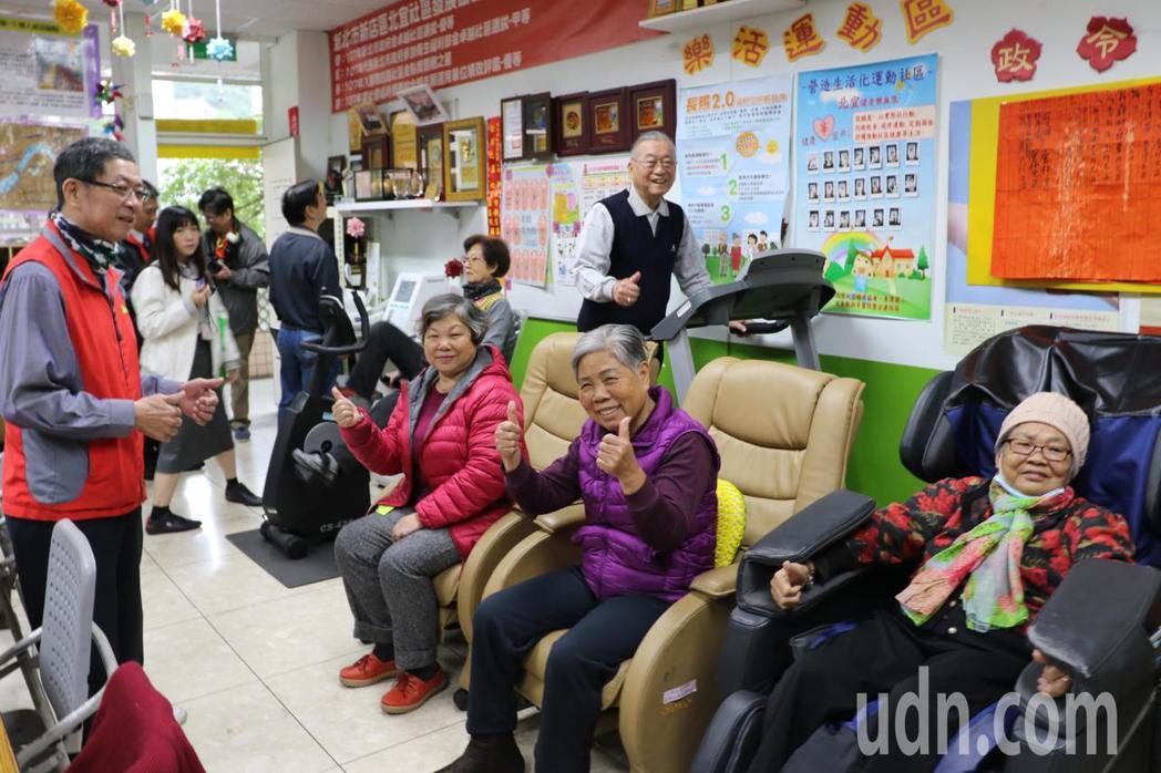 北宜社區發展協會利用青潭國小提供的教室,打造銀髮俱樂部、社區陪伴站、老人共餐、社...