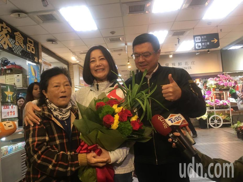 民進黨主席卓榮泰今天上午前往士東市場,陪台北市立委第一選區(北投士林)參選人吳思瑤拜票。記者張世杰/攝影