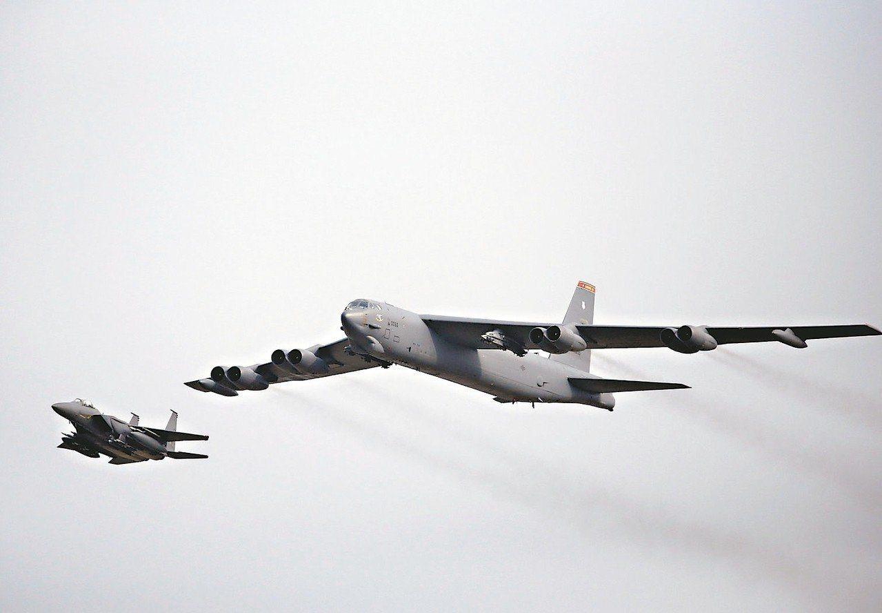 美軍B-52轟炸機(右)資料照。 圖/路透