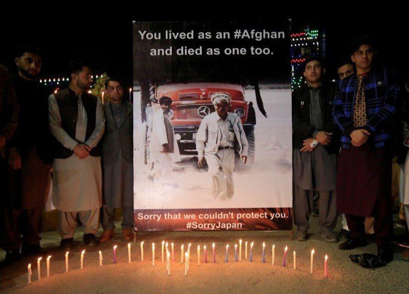長年在阿富汗東部行醫和致力農村復興的日本醫師中村哲,4日上午遭不明槍手襲擊、傷重不治。當地居民上街哀悼,掛出寫著「你生為阿富汗,死也是阿富汗人」,「抱歉我們無法保護你,日本對不起」的海報。路透