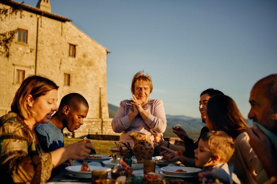 Airbnb烹飪達人體驗全新上線 旅客將可一探超過75個國家的傳統美味以及親身接受來自專家名廚的指導。 圖/Airbnb提供