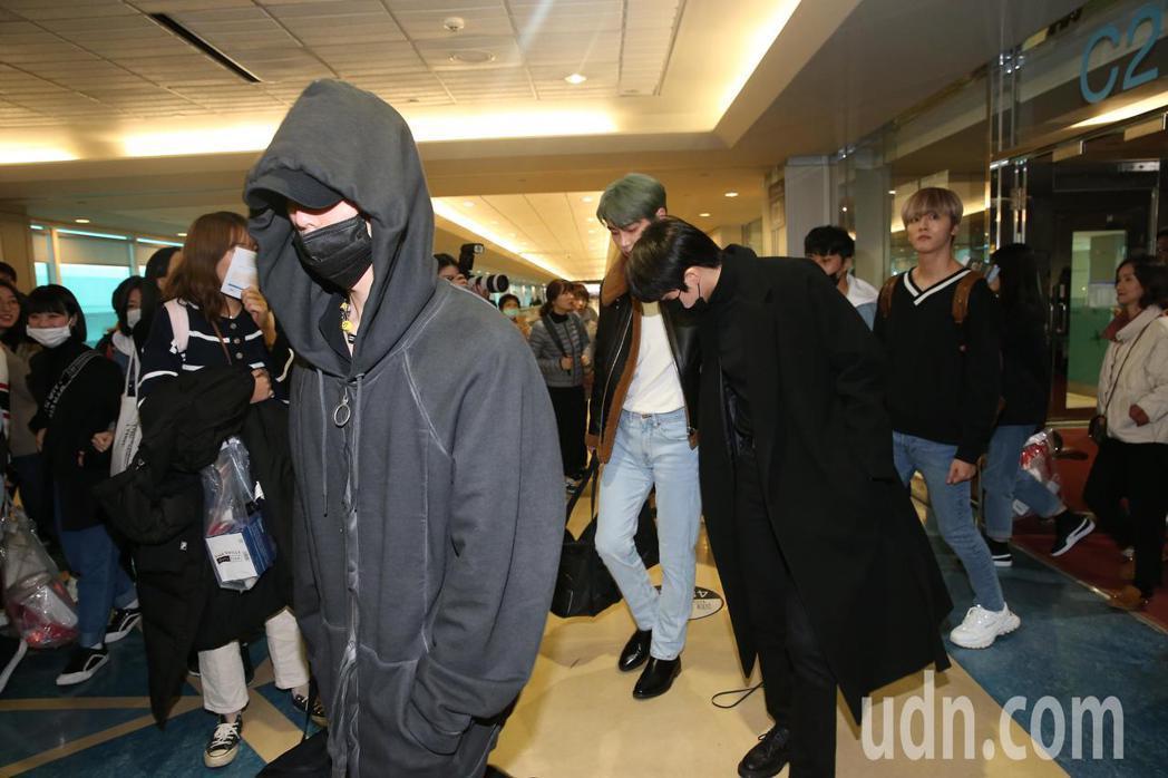 韓團SF9的9位成員,其中8人5日中午搭乘韓亞航空班機抵達桃園機場。記者陳嘉寧/...