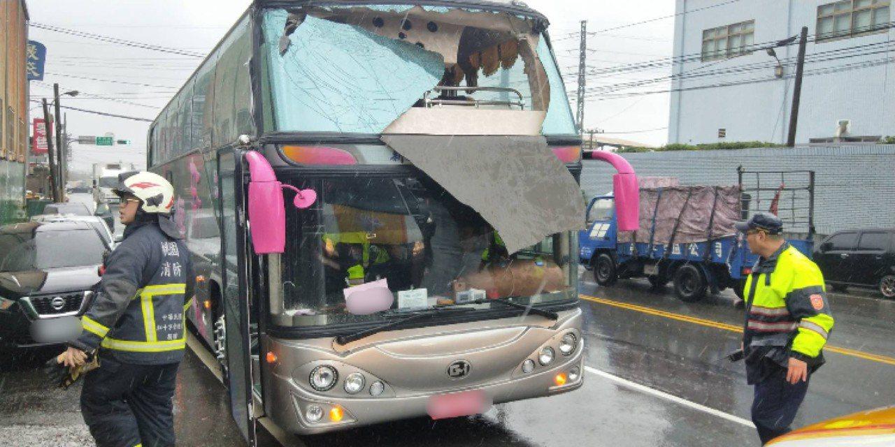 台南市北北旅遊的一遊覽車(見圖)在桃園市蘆竹區撞上限高桿,車體猛烈撞擊車禍,男女...