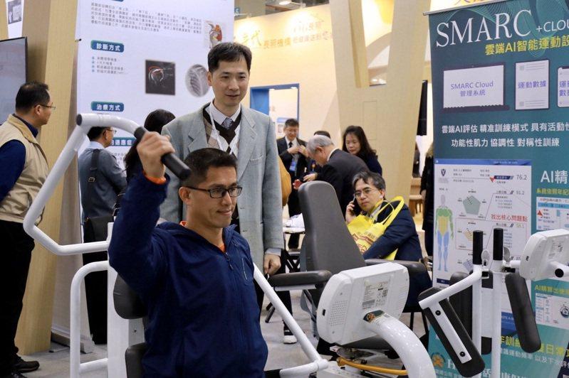 陽明大學附設醫院的樂齡健康促進計畫,循著「檢測-運動-檢測」的模式,由運動作為切入,搭配科技軟體檢測體適能,量身設計健康促進計畫。圖/國立陽明大學附設醫院提供