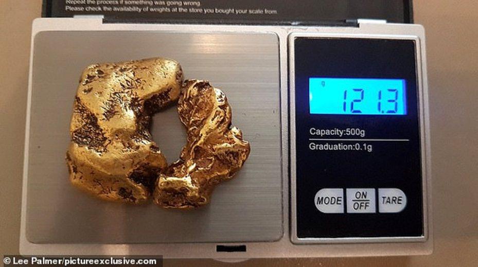 英國一名神秘淘金獵人自稱今年5月在蘇格蘭的一條河中,發現英國史上最大的「重聚金塊」。「重聚金塊」分成大小2塊,卻能像拼圖一樣完美組合,經測量總重121.3公克,不僅打破紀錄,價值更上看8萬英鎊(折合約台幣318.5萬元)。LEE PALMER/PICTUREEXCLUSIVE.COM