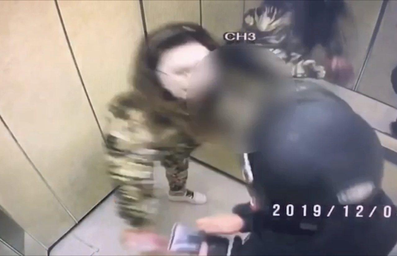 卞女與黃男因故在電梯內發生爭執,雙方扭打成團。記者柯毓庭/翻攝