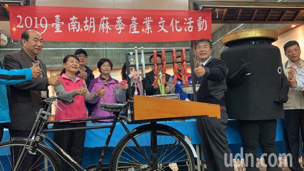 台南市長黃偉哲(前排右)大力行銷今年最夯的新產品黑芝麻香腸。記者吳淑玲/攝影