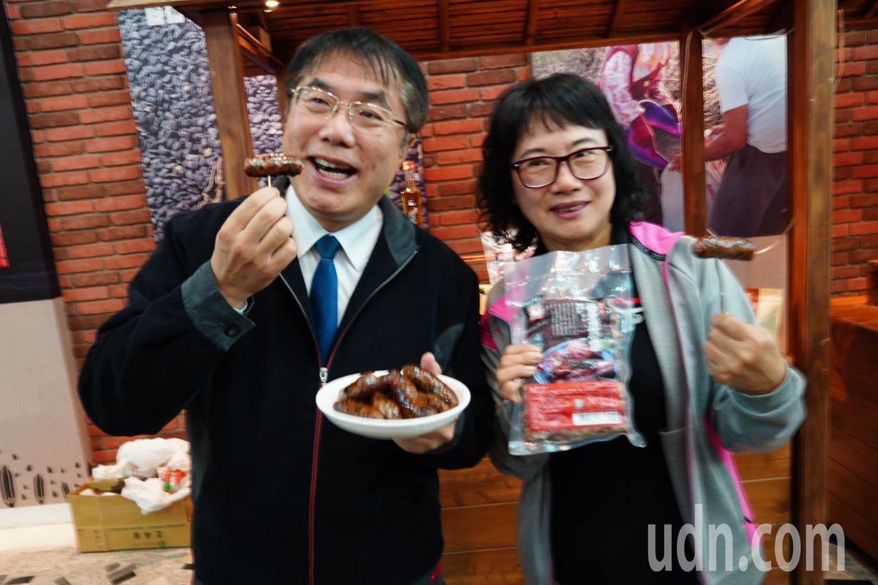 台南市長黃偉哲(左)大力行銷今年最夯的新產品黑芝麻香腸。記者吳淑玲/攝影
