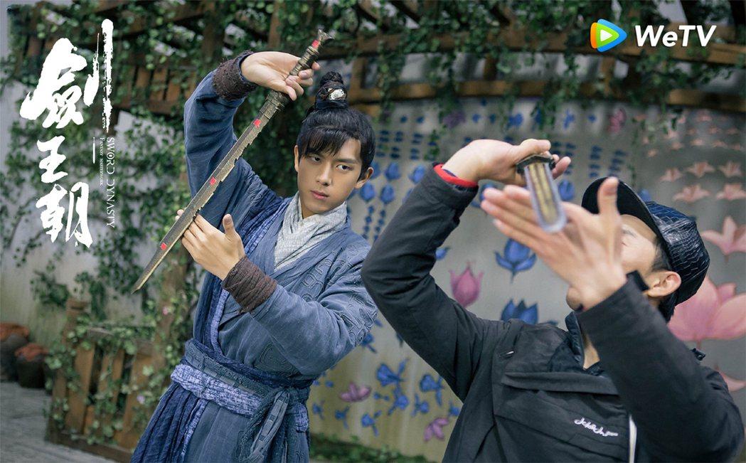 李現為「劍王朝」提前進組進行劍術訓練。圖/WeTV提供