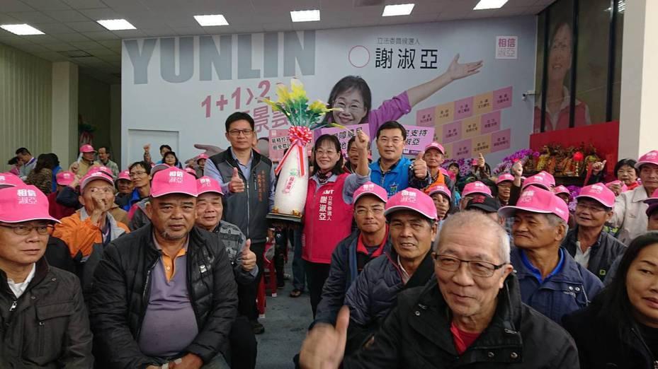 近百名農民代表今天祝賀國民黨山線立委參選人謝淑亞(前中右)高票當選。記者李京昇/攝影