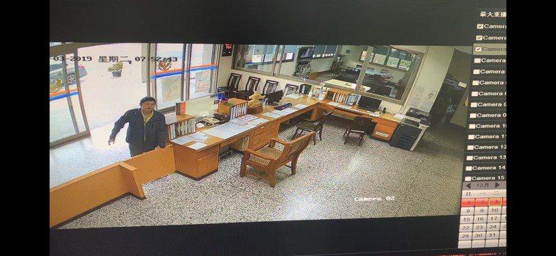 竹山分局延平所日前接獲一名民眾神情慌張走進派出所,請求警方幫忙開道送醫救回一命。圖/竹山分局提供