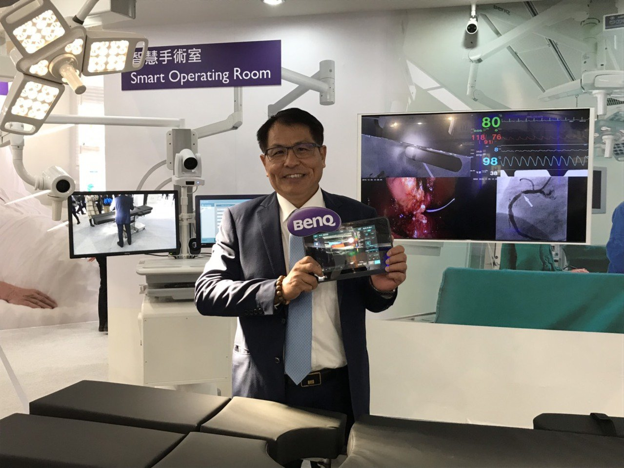 佳世達醫療器材事業群總經理楊宏培展示智慧手術室,以及可攜式行動超音波掃描儀。記者...