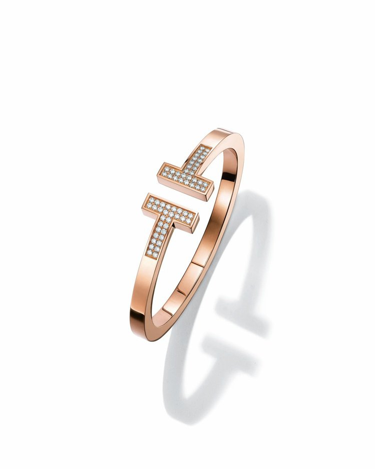 Tiffany T Square 18K玫瑰金鋪鑲鑽石手環,42萬4,000元。...