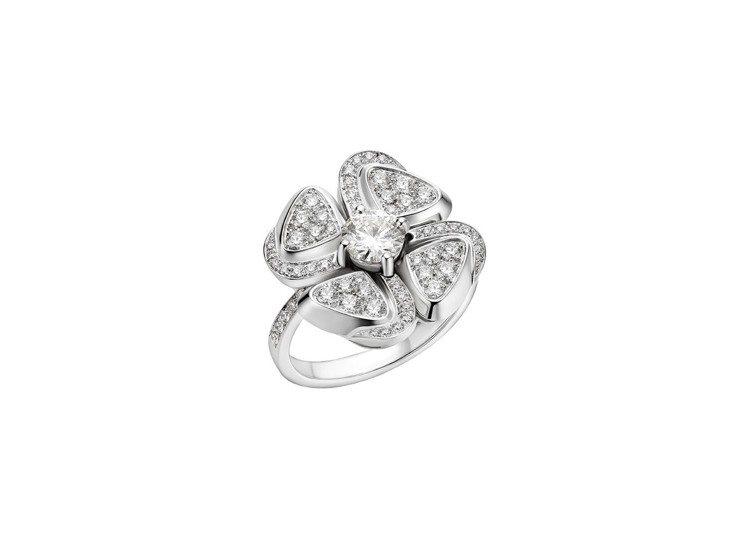寶格麗Fiorever系列白K金鑽戒,約42萬5,700元。圖/BVLGARI提...