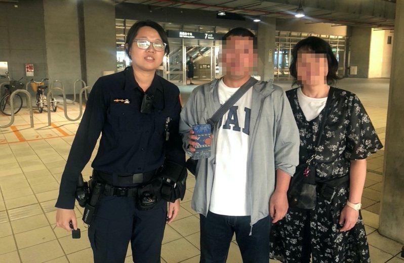 台中市第四警分局春社所女警劉美秀(左)前天下午協助一對日本夫妻尋獲手機。圖/第四警分局提供