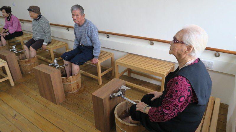 二水鄉家庭照顧者支持服務據點創意設置泡腳區,讓家庭照顧者可以泡腳放鬆一下。記者凌筠婷/攝影