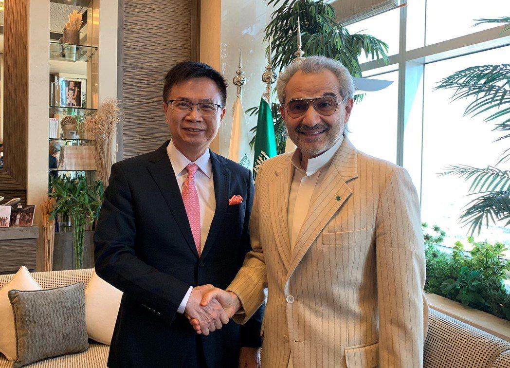 貿協董事長黃志芳(左)獲中東首富瓦利德親王(右)熱情接待。圖/貿協提供