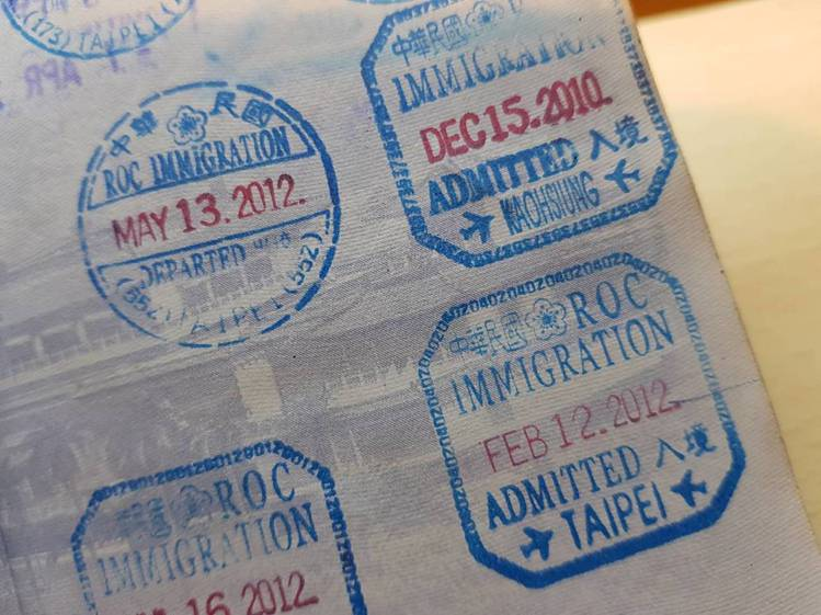 2013年前的入出境章,字體與現行字體有明顯的不同。記者陳睿中/攝影