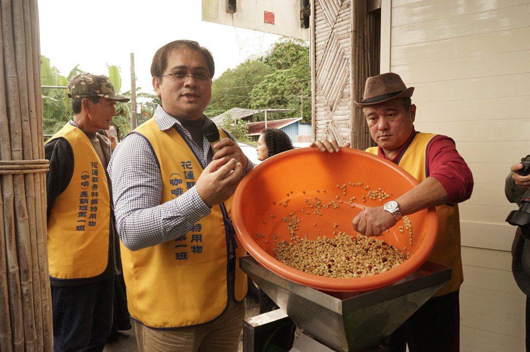 花蓮太魯閣族人戴豐秋(左)平常是開業醫,假日返鄉成為咖啡產銷班長,帶族人一起種咖...