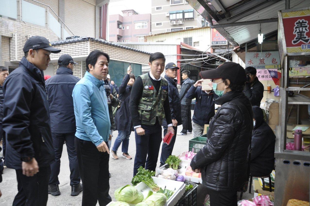 民進黨副總統參選人賴清德(中)與立委參選人理問(右)到市場拜票。圖/李問團隊提供